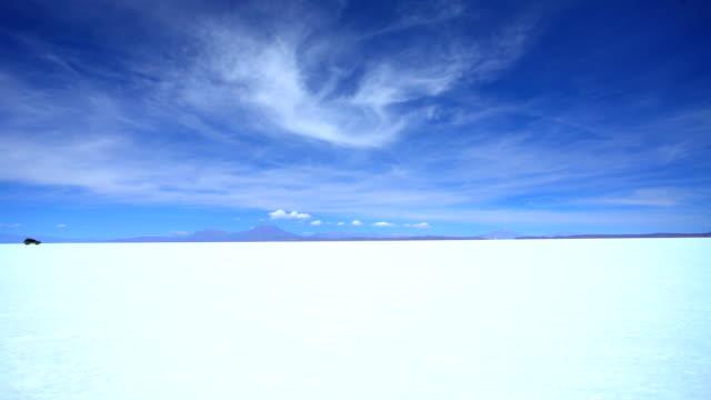 salar de uyuni desert travelling by 4x4 bolivia - ウユニ塩湖点の映像素材/bロール