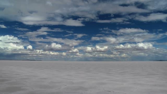 Salar de Uyuni horizon Timelapse with moving clouds
