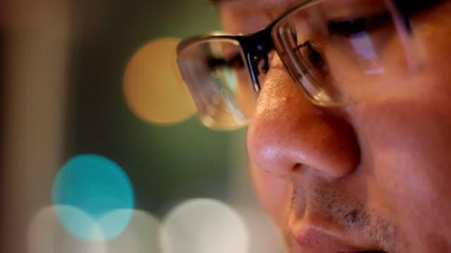 給与男性なり、画面の反射をグラス - 操作する点の映像素材/bロール