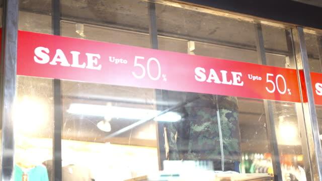 vídeos de stock e filmes b-roll de sale 50% discount sign - sale