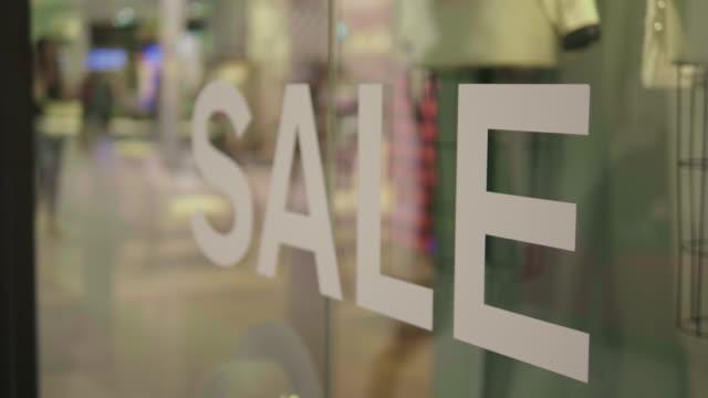vídeos de stock, filmes e b-roll de sinal de venda no shopping luxury - estação do ano