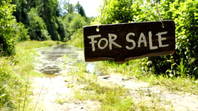 stockvideo's en b-roll-footage met verkoop teken boord in bos - sale