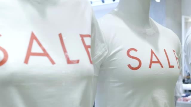 vídeos y material grabado en eventos de stock de cartel de venta - escaparate de tienda