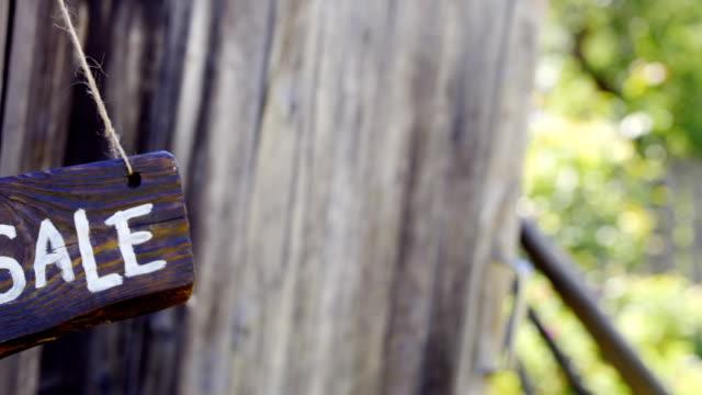 stockvideo's en b-roll-footage met verkoop hout teken - sale