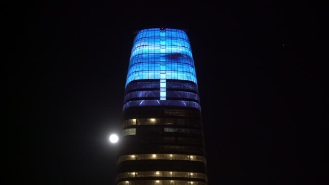 saleforce tower led display at night - san francisco - led light stock videos & royalty-free footage
