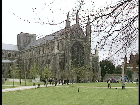 vídeos de stock e filmes b-roll de sales better in north; hampshire: winchester: shoppers along crowded street and juggler / laura ashley shop / winchester cathedral / people looking... - hampshire
