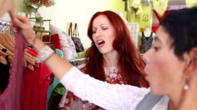 HD: Aushilfsverkäufer Unterstützung verzückt Frau In Boutique