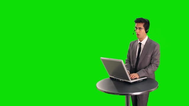 vidéos et rushes de responsable des ventes en ligne - casque téléphonique