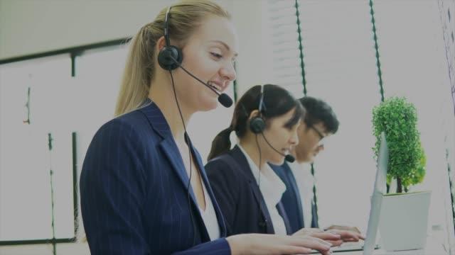 オフィスで電話で話している営業担当者 - コールセンター点の映像素材/bロール