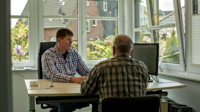sales talk in an insurance broker's office - schleswig holstein stock-videos und b-roll-filmmaterial