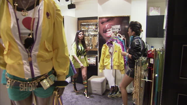 ws salesgirls in shibuya 109, tokyo, japan - 美しい人点の映像素材/bロール