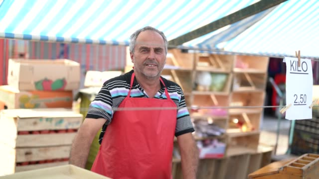 salesman at farmer's market - bancarella video stock e b–roll