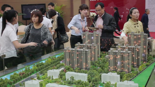 vídeos de stock, filmes e b-roll de ms salesman talking with customer in housing exhibition/xian,shaanxi,china - architectural model