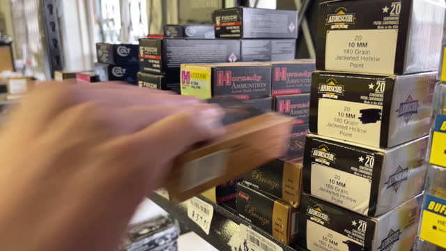 vidéos et rushes de salesmen show an ar-15 rifle and a handgun to customers at davidson defense in orem, utah, u.s. on thursday, march 25, 2021. sales and orders of... - armement