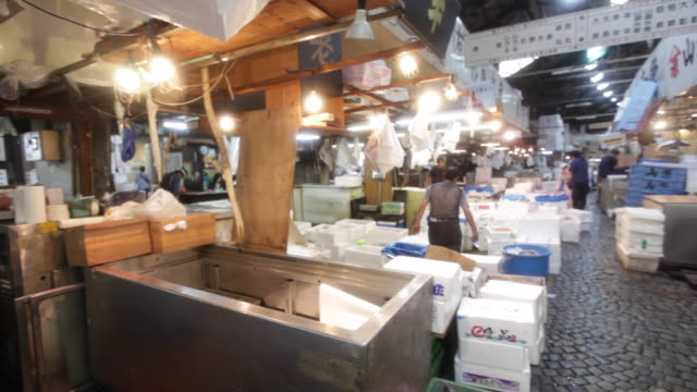 salesmen working at the tsukiji market in tokyo - 水産業点の映像素材/bロール