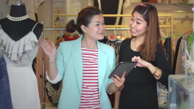 Saleswoman Unterstützung von Kunden mit der digitalen tablet