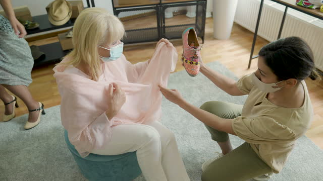 vídeos de stock e filmes b-roll de saleswoman assisting female customer in shopping at shoe store - viciado em compras