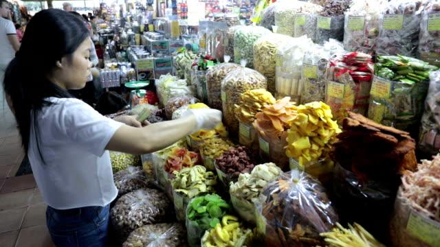 saleswoman in ben than market, ho chi minh city, vietnam - vietnam meridionale video stock e b–roll