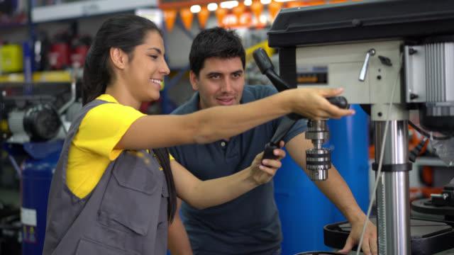 Verkoopster onderwijs een klant het hulpprogramma een machine beide glimlachen