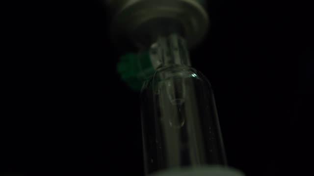 vídeos de stock e filmes b-roll de saline drip - ala hospitalar