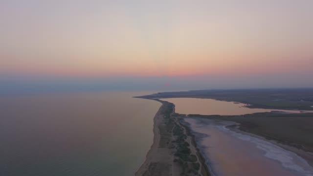 夕日の海や塩湖の間空中: 生理食塩水の土地します。 - 逆水点の映像素材/bロール