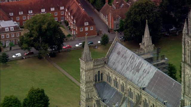 stockvideo's en b-roll-footage met salisbury cathedral - luchtfoto - engeland, salisbury, wiltshire, verenigd koninkrijk - wiltshire