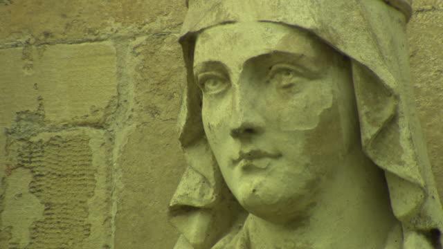 vídeos de stock e filmes b-roll de salisbury cathedral exterior statue close up face - figura masculina
