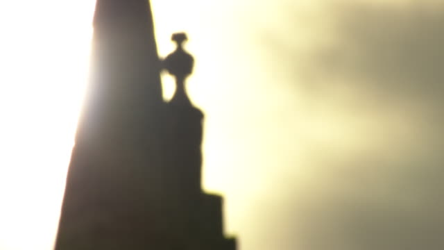 salisbury cathedral spire at dawn - turmspitze stock-videos und b-roll-filmmaterial