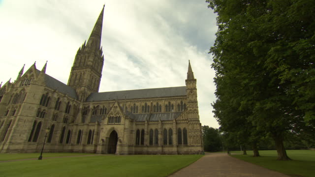 salisbury cathedral - turmspitze stock-videos und b-roll-filmmaterial