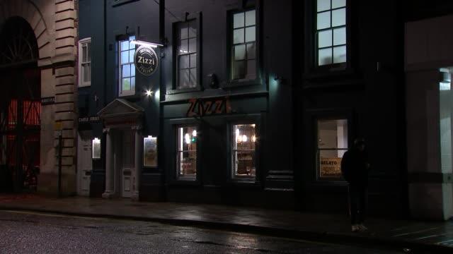 salisbury 'zizzi' restaurant at night; england: wiltshire: salisbury: ext / night various of 'zizzi' restaurant and signs - イングランド南西部点の映像素材/bロール