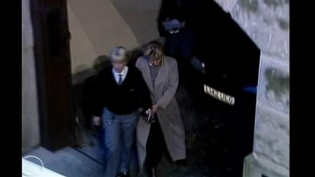 stockvideo's en b-roll-footage met sally clark dies file / tx ext high angle shot sally clark lead along to prison van in handcuffs to - bewegingsbeperkende middelen