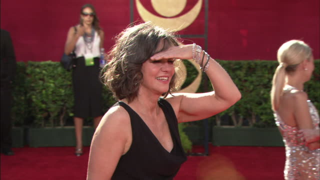 mcu sally field looking around with hand up shielding eyes and waving to fans - sally field stock videos & royalty-free footage