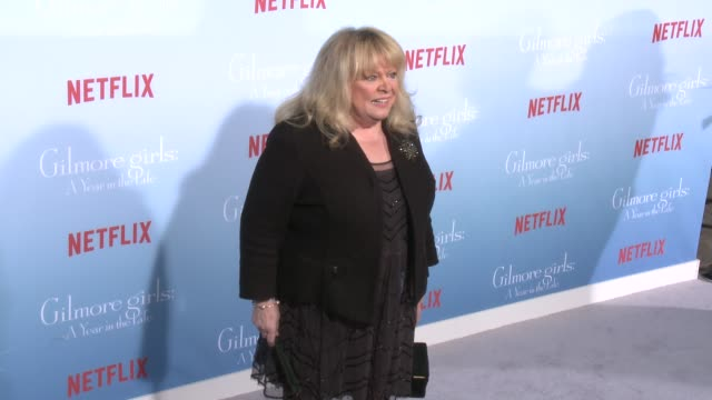 stockvideo's en b-roll-footage met sally struthers at the premiere of netflix's gilmore girls a year in the life at regency bruin theater on november 18 2016 in westwood california - bruin theater