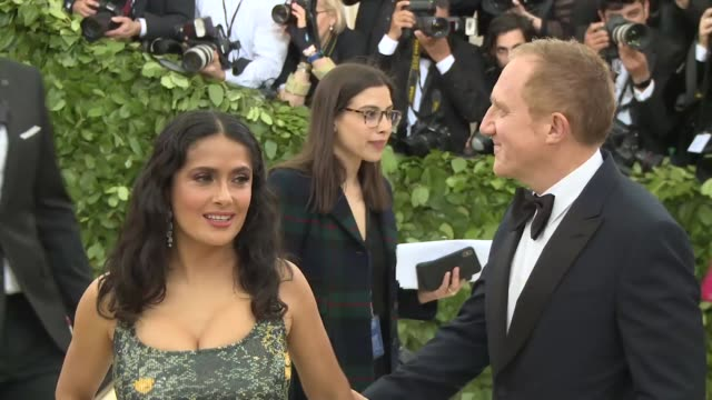 vídeos de stock, filmes e b-roll de salma hayek and françoishenri pinault at heavenly bodies fashion the catholic imagination costume institute gala at the metropolitan museum of art on... - salma hayek