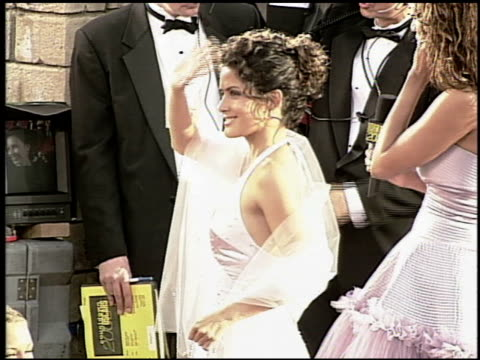 vídeos de stock, filmes e b-roll de salma hayek at the 2000 academy awards at the shrine auditorium in los angeles california on march 26 2000 - salma hayek