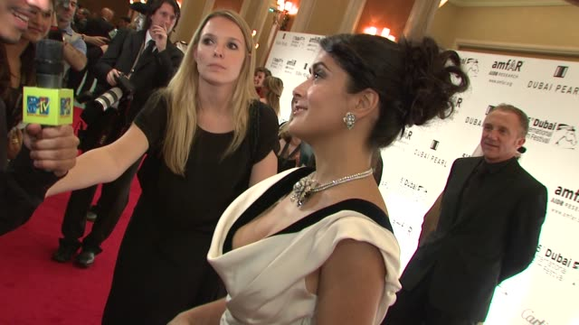 vídeos de stock, filmes e b-roll de salma hayek at the 2008 dubai international film festival amfar arrivals at dubai - salma hayek
