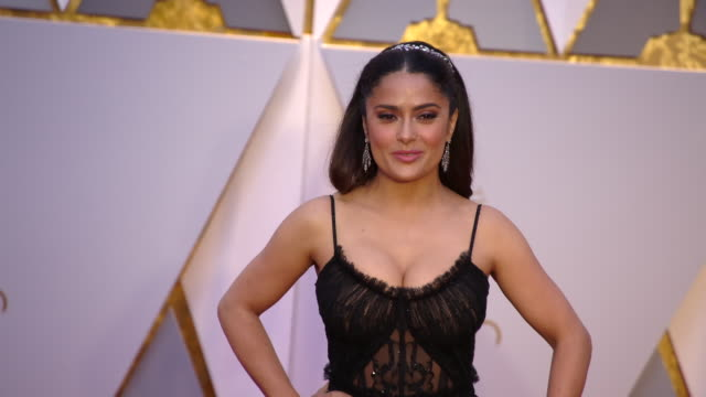 vídeos de stock, filmes e b-roll de salma hayek at the 89th annual academy awards arrivals at hollywood highland center on february 26 2017 in hollywood california 4k - salma hayek