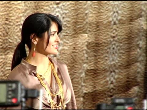 salma hayek at the unveiling of roberto cavalli's beverly hills location at roberto cavalli boutique in los angeles, california on february 15, 2005. - ブランド ロベルト・カヴァリ点の映像素材/bロール