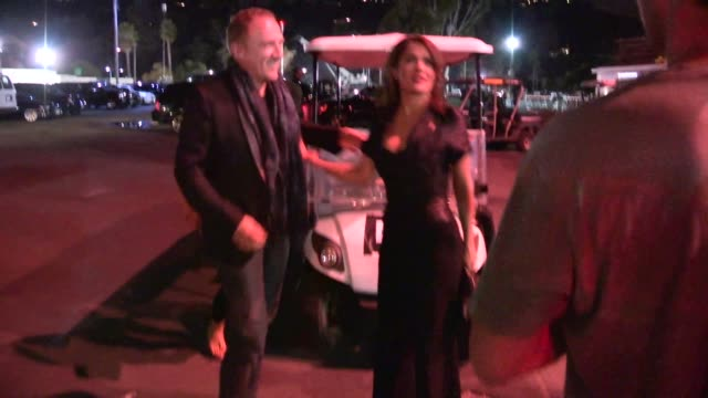 vídeos de stock, filmes e b-roll de salma hayek francois henri pinault arrive to the jayz beyonce on the run tour at pasadena in celebrity sightings in los angeles - salma hayek