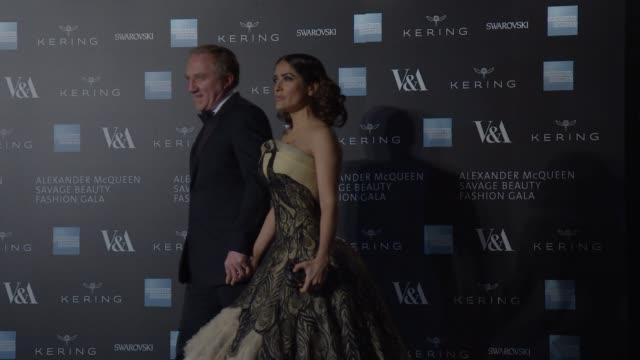 vídeos de stock, filmes e b-roll de salma hayek, francois henri pinault at alexander mcqueen: savage beauty fashion gala at the v&a, presented by american express and kering at victoria... - salma hayek