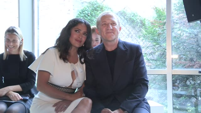 vídeos de stock, filmes e b-roll de salma hayek francoishenri pinault and giovanna battaglia front row of the giambattista valli spring summer 2018 womenswear fashion show in paris... - salma hayek