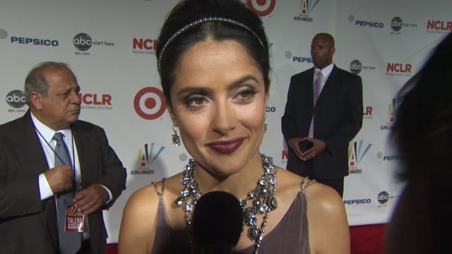 salma hayek sobre lo que siente ser latina reconocida por los premios alma. at the 2009 alma awards at westwood, los angeles ca. - westwood neighborhood los angeles stock videos & royalty-free footage