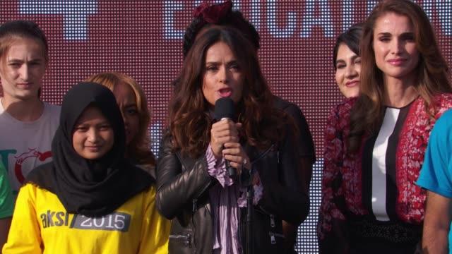 stockvideo's en b-roll-footage met speech salma hayek talks about how children can help make change at 2015 global citizen concert at central park on september 26 2015 in new york city - salma hayek
