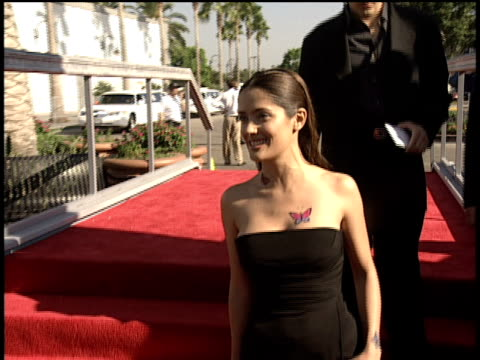 salma hayek waving and walking down the 1998 mtv video music awards red carpet - mtv1 stock-videos und b-roll-filmmaterial