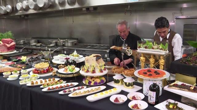 salmon ahumado con caviar agnolotti con trufa negra estatuillas de chocolate doradas: al frente de la cocina de los oscar por 25 anos esta el chef... - wolfgang puck stock videos & royalty-free footage
