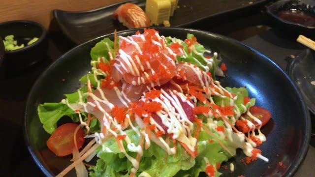 vídeos de stock, filmes e b-roll de salada fresca dos salmões e do atum, banguecoque, tailândia. - comida japonesa