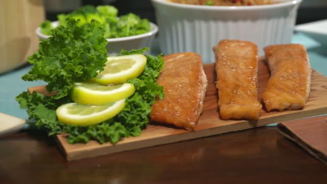 vídeos de stock e filmes b-roll de salmon close up turning on table - filete de salmão