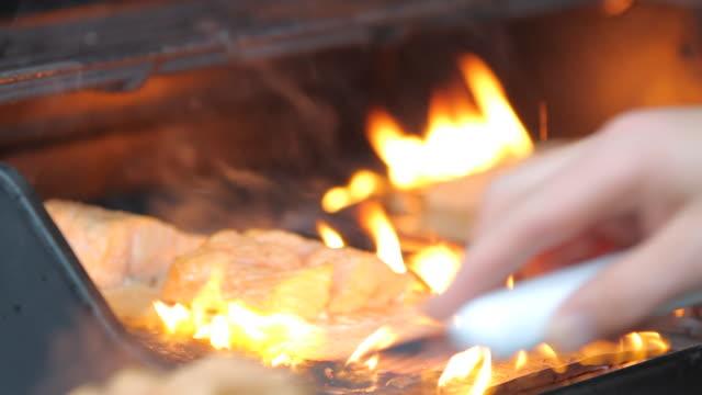salmon cooked on the barbecue - 調理用へら類点の映像素材/bロール