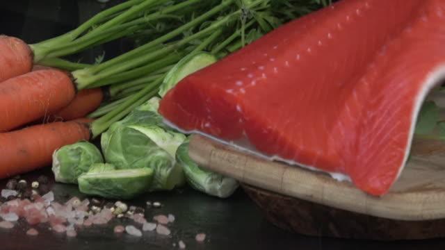 サーモンフィレット野菜添い - ヒマラヤスギ点の映像素材/bロール
