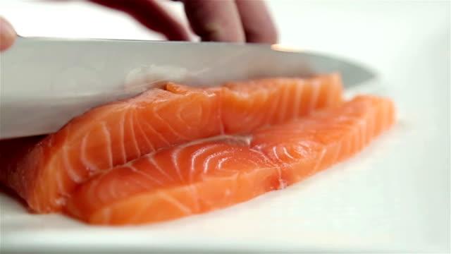 vídeos de stock, filmes e b-roll de filé de salmão - sashimi